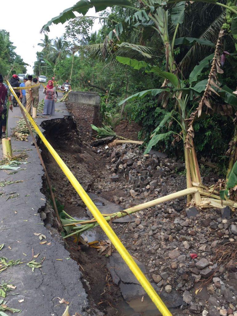 04-salah-satu-akses-jalan-dari-desa-sambirejo-arah-ke-pedotan-ambles-terkena-banjir